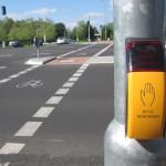 """Grün gibt's nur auf Anforderung, und der Bedarfstaster ist vom Radweg aus nicht zu erreichen. In Mönchengladbach, aber auch in anderen Städten treffen Radfahrer auf viele solcher """"Bettelampeln""""."""