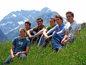 Foto: Komoot-Team vor Alpenkulisse