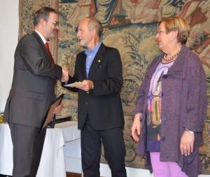 Besondere Auszeichnungen und Preise gab es für die aktivsten Teams, Einzelteilnehmer, Schulen und Betriebe. Auf dem Foto nimmt Thomas Ritters von der Sparkasse Krefeld die Auszeichnung für die beste Platzierung in der Unternehmenskategorie entgegen.