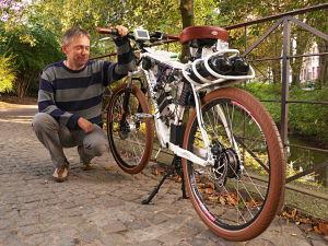 Holger Hanisch und sein weißes Wasserstoff-Rad