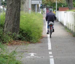 """Radweg"" an der Uerdinger Straße - Kommentar überflüssg..."