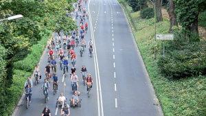 So weit das Auge reicht. Über 500 Radfahrer bei der 1. Mönchengladbacher Fahrrad-Sternfahrt. Foto: www.iDFotowerkstatt.de