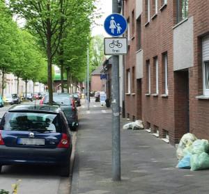 """Zeichen 239 mit Zusatzschild """"Radfahrer frei""""Hier dürfen Fahrradfahrer fahren, müssen aber Schrittgeschwindigkeit einhalten und absolute Rücksicht auf Fußgänger nehmen."""