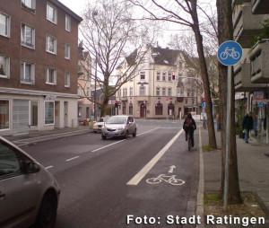 Radfahrstreifen. Andere Fahrzeuge dürfen die Linie nicht überfahren. Hier gilt absolutes Halteverbot. Foto: Stadt Ratingen.