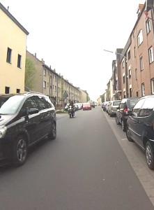 Eng und vielbefahren: Komplett saniert in 2014, Parkplätze, Flüsterasphalt, kein Weg für Fahrradfahrer, aber Tempo 50.