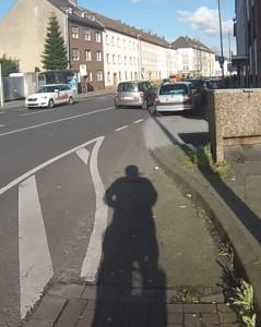Volle Kanne ins Nirwama_ Radweg. Radfahrstreifen, Fahrbahn. Parkplätze satt, aber kein sicheres Einfädeln für den Radverkehr.