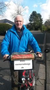 Winfried Kessel und sein rotes Fahrrad