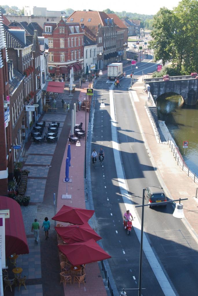 Schlaue Lösung: Die Hafenpromenade in Roermond ist Einbahnstra- ße, kann aber, wenn nötig für beide Fahrtrichtungen geöffnet wer- den. Dann muss die Gastronomie weichen und die Radfahrer nutzen den roten Weg