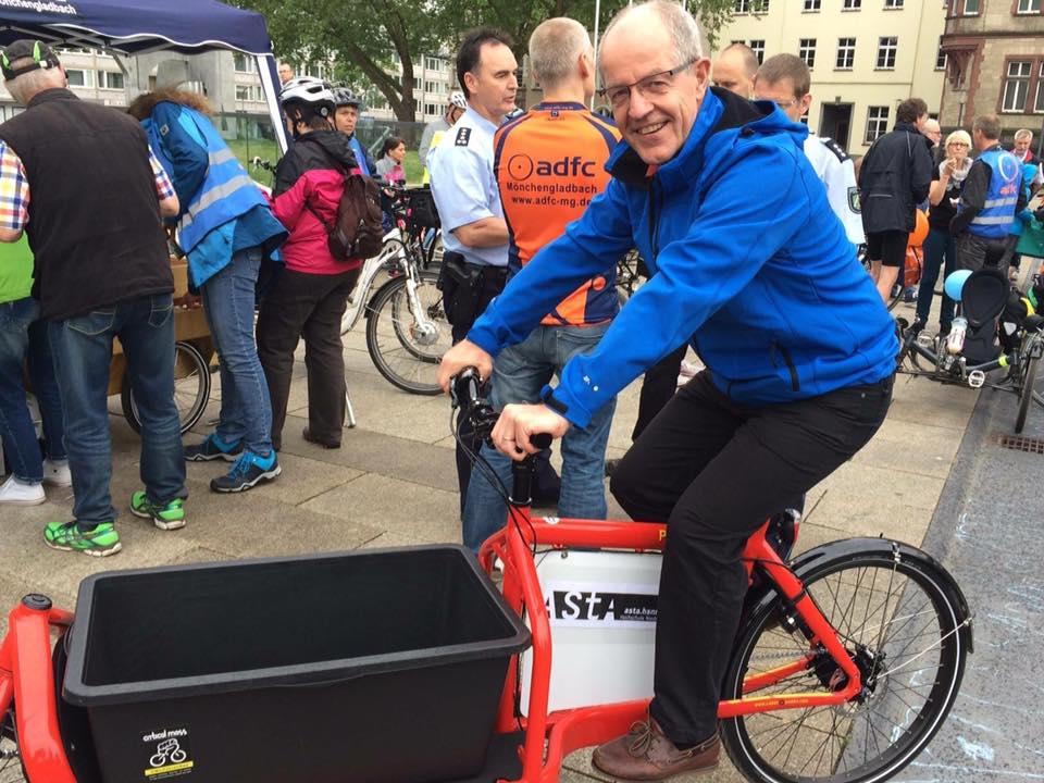 OB Reiners nimmt Platz auf dem ersten freien Lastenrad Mönchengladbachs