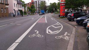 Fiel positiv auf: ERA-konforme Markierungen auf der Fahrbahn, hier die Jülicher Straße vor dem Ebertplatz