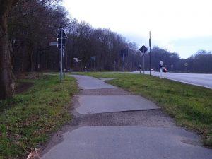 So sah die Klosterstraße vorher aus. Auf anderen Straßen wie der L390 zwischen Kaarst und Schiefbahn, der L381 zwischen Neuss und Mönchengladbach, der B9 bei Dormagen oder der B477 südlich der Erftbrücke haben Radfahrer noch heute mit solchen Flicken, Löchern und Wurzelaufbrüchen zu kämpfen. Diese Radwege müssen als nächste dringend saniert werden.