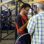 Viele Fahrräder sind schon durch die Hände von Omid und Parvis gegangen Foto: youngcaritas