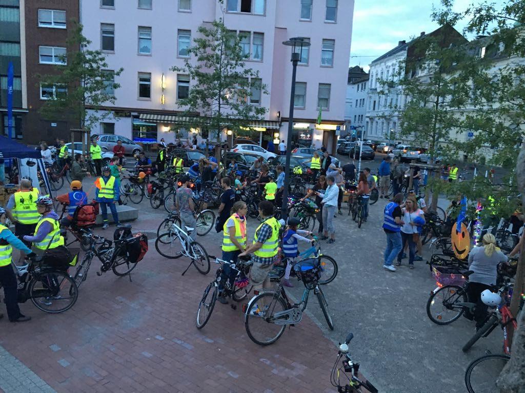 Start der 280 Teilnehmer am Schillerplatz. Schöne Bilder und beste Stimmung prägten nach Einbruch der Nacht das 2. Nachtradeln.